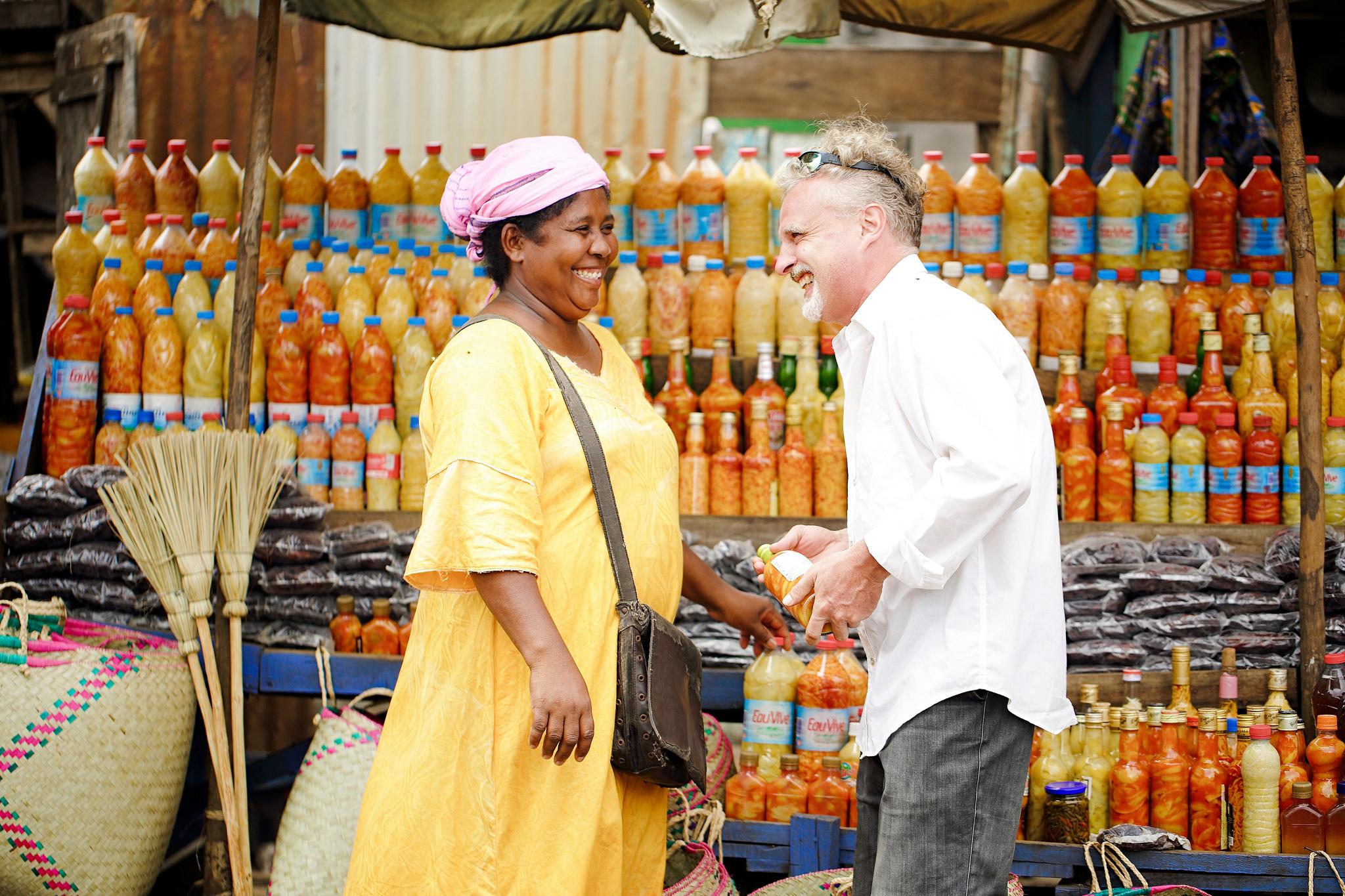 homme et femme malgache qui rient marché écotourisme